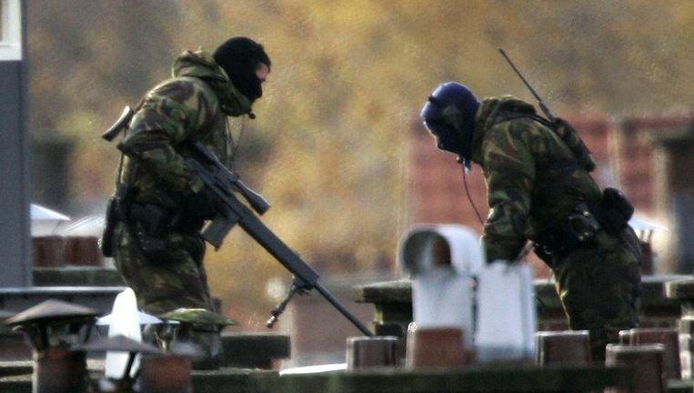 Arrestatie-eenheden van de politie probeerden in de vroege ochtend van woensdag 10 november 2004 in de Antheunisstraat in het Laakkwartier in Den Haag verdachten op te pakken in het kader van terrorismeonderzoek. © anp Beeld