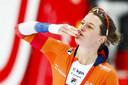 Ireen Wust geeft een handkus naar het publiek na het winnen van de titel op de laatste dag van de WK allround in Hamar.