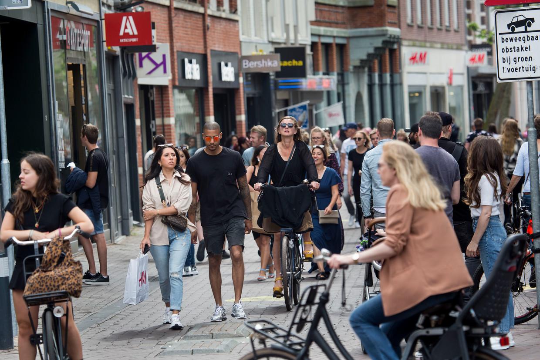 Relatieve drukte in Haarlem. Volgens actiegroep Viruswaanzin is afstand houden nergens voor nodig. Beeld Arie Kievit
