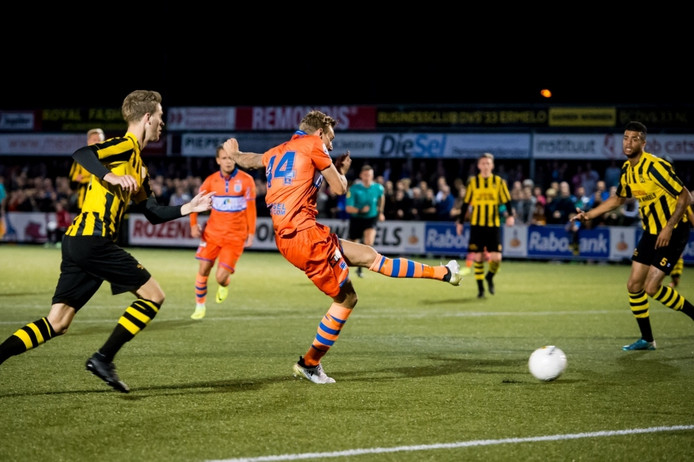 PEC Zwolle speler Nicolai Brock-Madsen scoort de 0-1,
