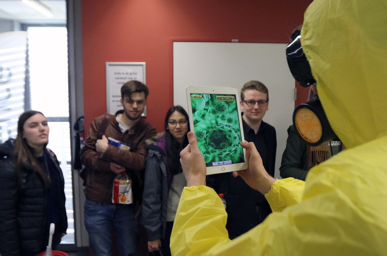 Tijdens de inleiding verrasten enkele mannen in gele beschermende pakken de studenten.