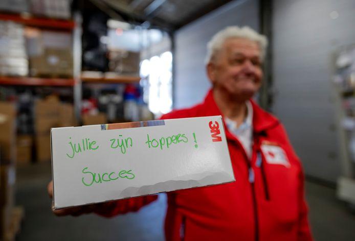 Jullie zijn toppers!, schreef een van de gulle gevers op een pakketje met beschermende kleding.