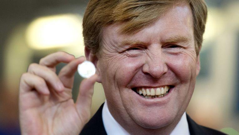 Koning Willem-Alexander toont de 2 euromunt bij de Koninklijke Nederlandse Munt Beeld ANP