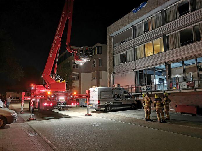 De brandweer kwam met een hoogwerker naar het woonzorgcomplex in Renkum.