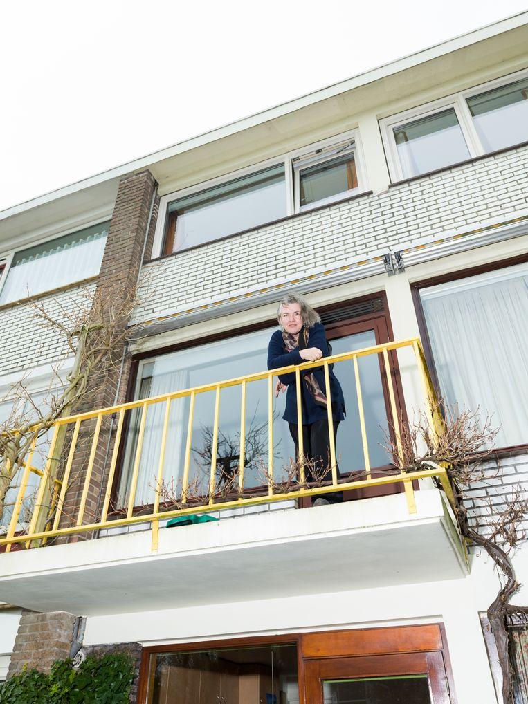 Schrijver Nicolien Mizee blijft wegens het coronavirus thuis in Haarlem. Beeld Ivo van der Bent