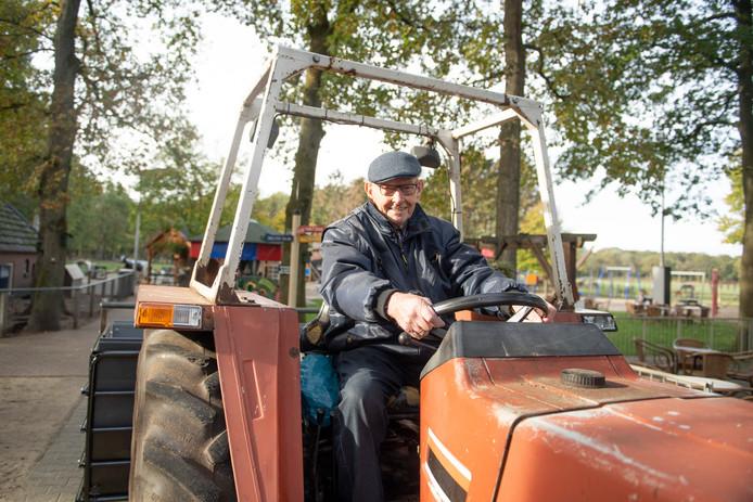 De 90-jarige Johan Lubbersen moet vanwege zijn gezondheid het vrijwilligerswerk bij Kinderboerderij Dondertman staken.
