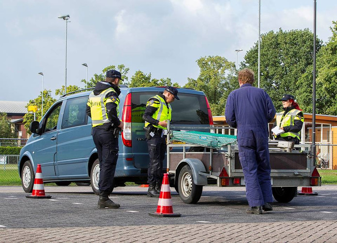 Verkeerscontrole op de Macharenseweg in Oss.