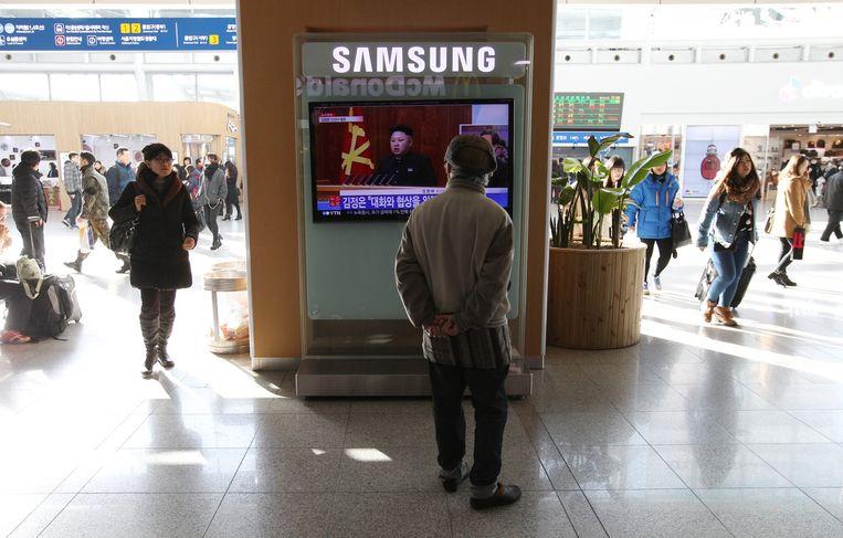 De Nieuwjaarstoespraak van Kim Jong-un wordt uitgezonden op het treinstation in Seoul, Zuid-Korea. Beeld ap