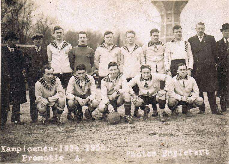 In het seizoen 1934-1935 vierde VGO de promotie naar tweede klasse, getuige deze ploegfoto.