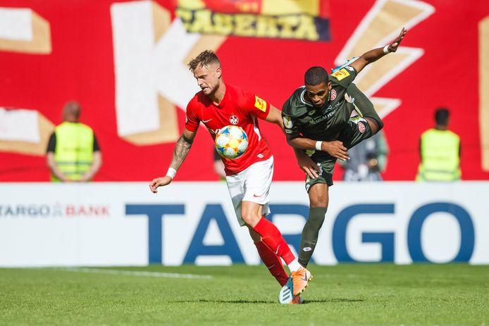 Jeremiah St. Juste (rechts) tijdens zijn debuut voor Mainz. Het was geen lekkere binnenkomer voor de verdediger: in het bekertoernooi werd afgelopen weekeinde met 2-0 van Kaiserslautern (derde niveau) verloren.