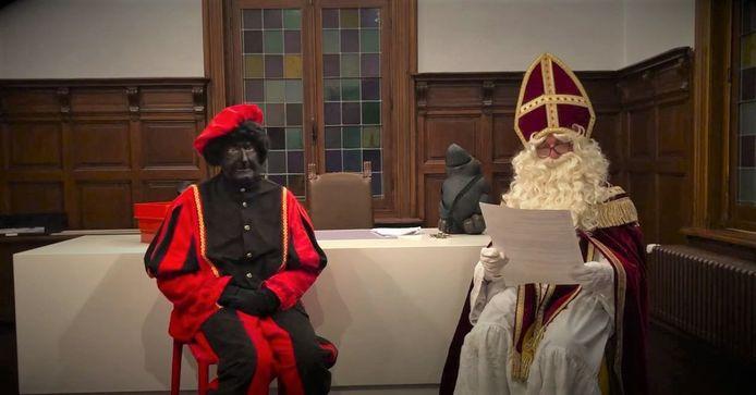 De Sint ging alvast op bezoek in het gemeentehuis.