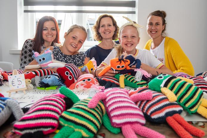 Marloes Vasterink, Mila Olde Hensken, Wencke Steggink, Lou Boensma en Claudia Huiskes (vlnr) maken en verkopen knuffeltjes.