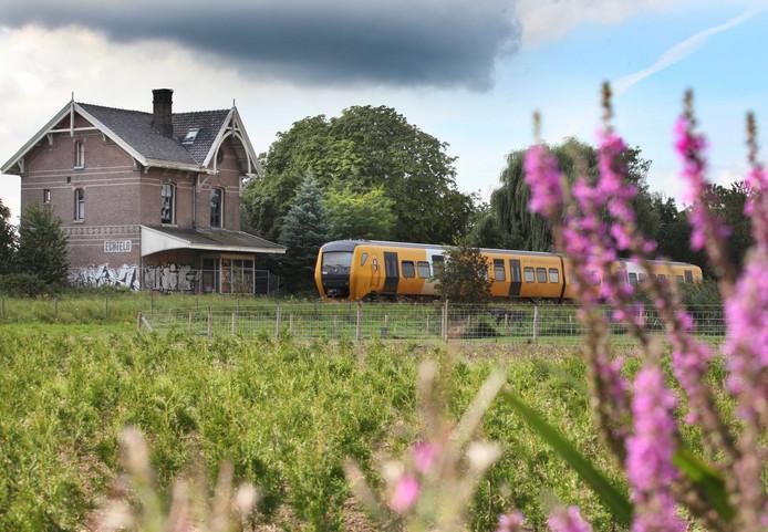 Het voormalige stationsgebouw in Echteld, waar in 1937 de laatste trein stopte. Mogelijk komt er iets westelijker een nieuwe station bij Medel.