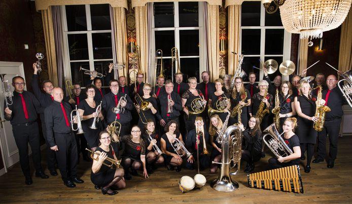 De muzikanten van Vollenhoofsch Fanfare komen op verzoek aan huis kerstmuziek spelen.