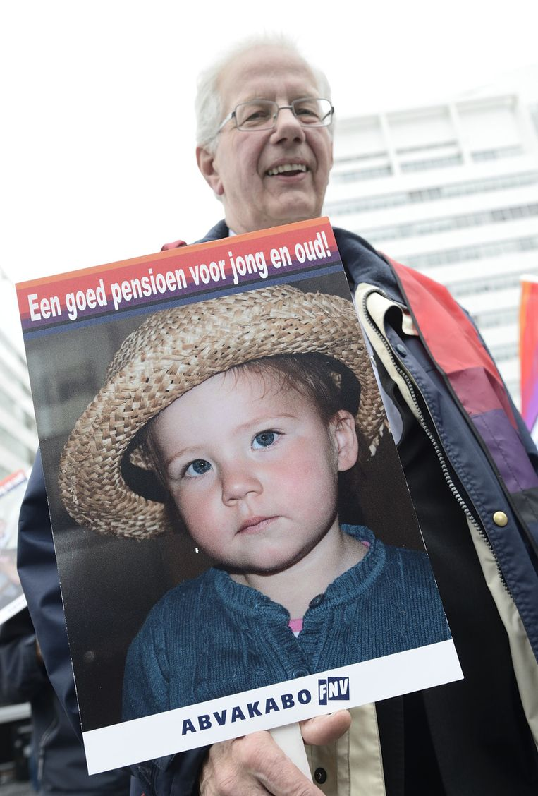 Leden van Abvakabo demonstreren op het Spuiplein tegen de afbraak van de pensioenen. De actie is een opmaat naar de landelijke FNV-actie op 30 november. Beeld anp