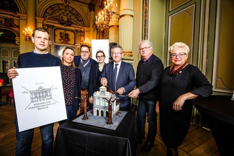 150 jaar Stadsschouwburg: reden genoeg om taart aan te snijden.