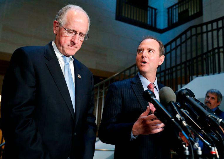 Mike Conaway (links) en Adam Schliff (rechts) van de onderzoekscommissie van het Amerikaanse Huis van Afgevaardigden. Beeld ap