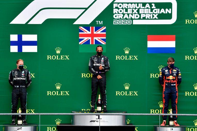 Max Verstappen op het podium met Mercedes-coureurs Valtteri Bottas en Lewis Hamilton. Beeld AFP