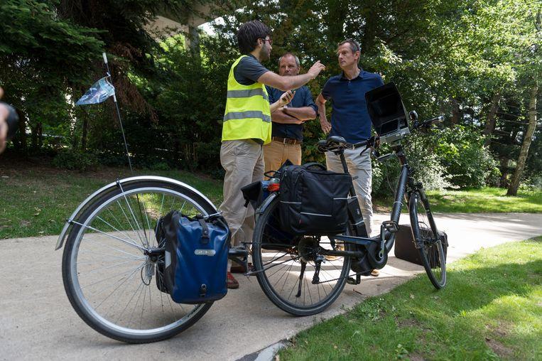 Schepen Michaël Dhoore, Herman Grossard van de dienst Mobiliteit en Thierry Jiménez van de fietsersbond bij de meetfiets met derde wiel.
