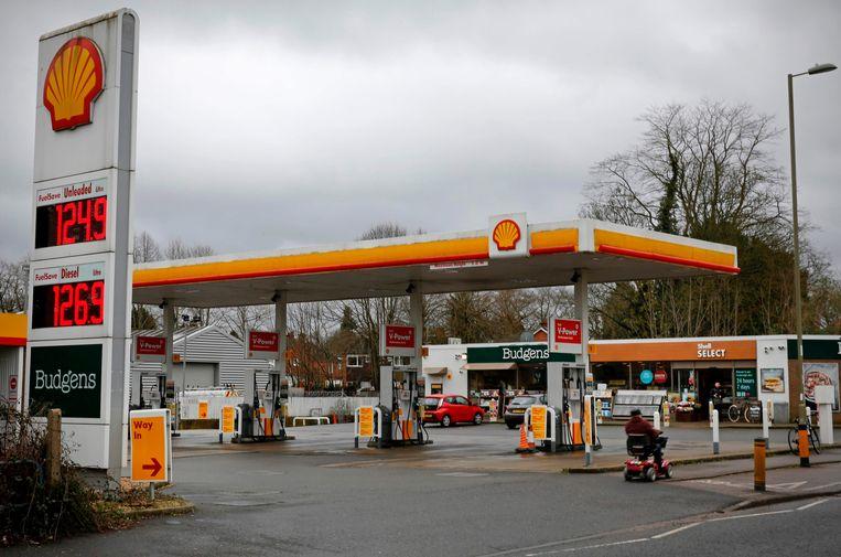 Een Shell-station in Farnborough, Engeland. Weinig klanten ondanks de lage benzineprijzen.  Beeld AFP
