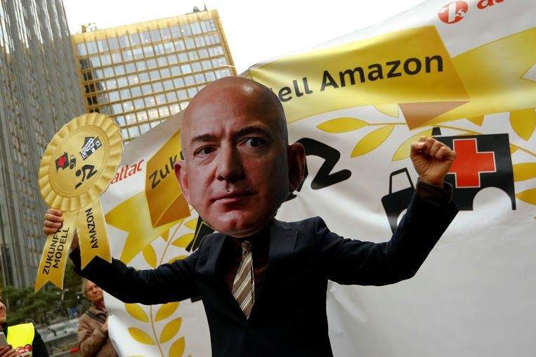 Actievoerders in Berlijn hekelen met een reuzemasker het personeelsbeleid van Amazon-baas Jeff Bezos,  de rijkste man ter wereld.