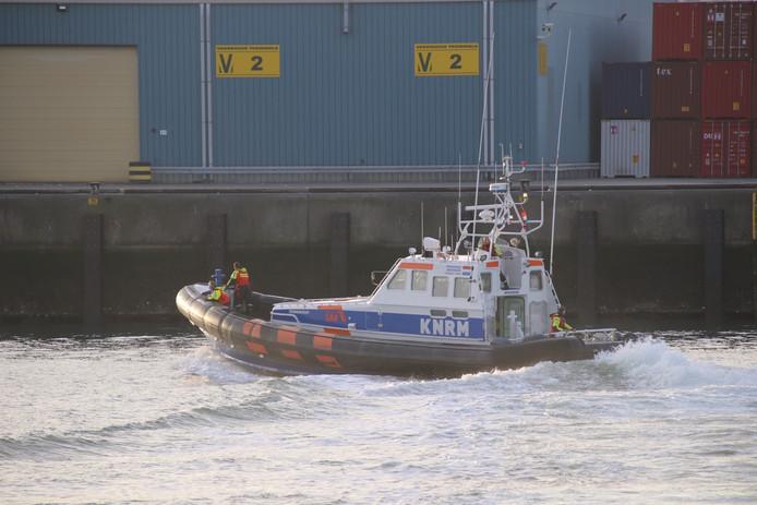 Een reddingboot van de KNRM zoekt naar de vermiste persoon in de Scaldiahaven.