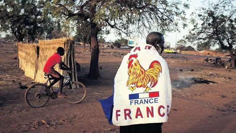 Een inwoner van de Malinese hoofdstad Bamako laat zien dat hij de Franse interventie steunt. Beeld Reuters