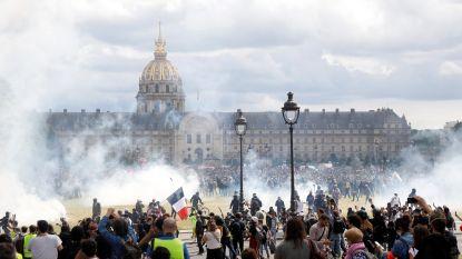 """Franse politie bestookt protest zorgmedewerkers met traangas: """"Demonstratie gekaapt door relschoppers"""""""