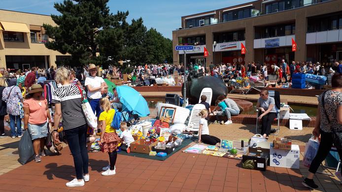De Pinkstermarkt in het centrum van de Kruidenwijk bracht maandag weer duizenden mensen op de been.