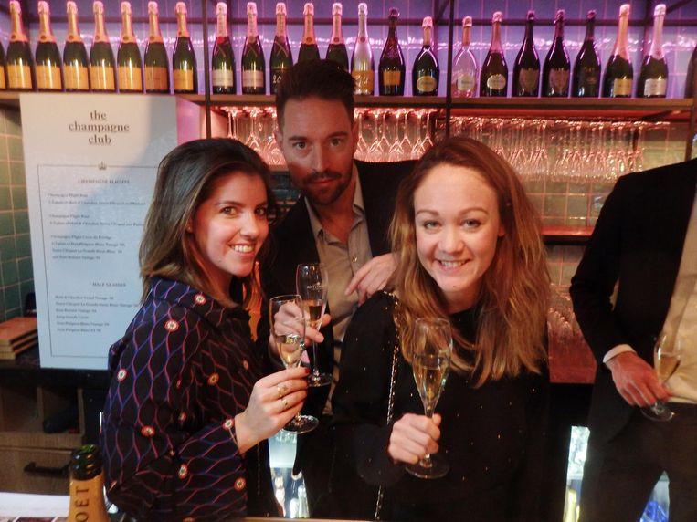 Lucie Hoopman (UPR, links), Tim van Dijk, eigenaar The Breakfast Club, en Lonneke de Jong van Moët Hennesy. 'Zullen we achter de bar gaan staan voor de foto?' Beeld Schuim