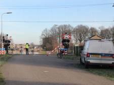 Vrachtwagen ramt spoorbomen bij Raalte en ontsnapt aan ramp