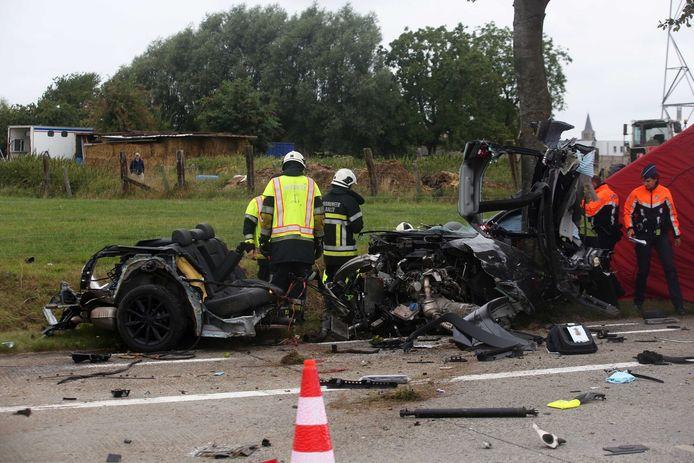 De wagen van het slachtoffer sloeg te pletter tegen een boom.
