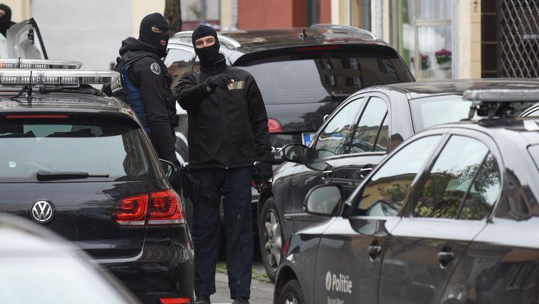 Agenten tijdens de huiszoekingen in Molenbeek gisteren.