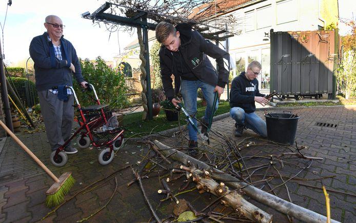 Rutger en Reindert doen de tuin van Jan Versteegh.