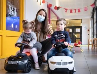 Kinderen van Kabouterland krijgen 'baby racers' van Sinterklaas