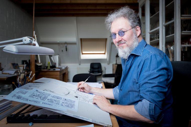 Luc Morjaeu aan z'n tekentafel. De man werkt bij Studio Vandersteen mee aan de strips van Suske en Wiske.