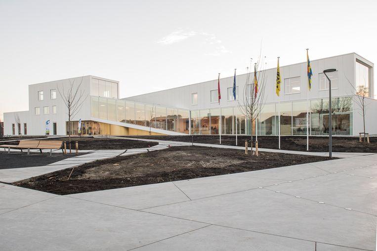 Het nieuwe gemeentehuis ziet er bijzonder modern uit.