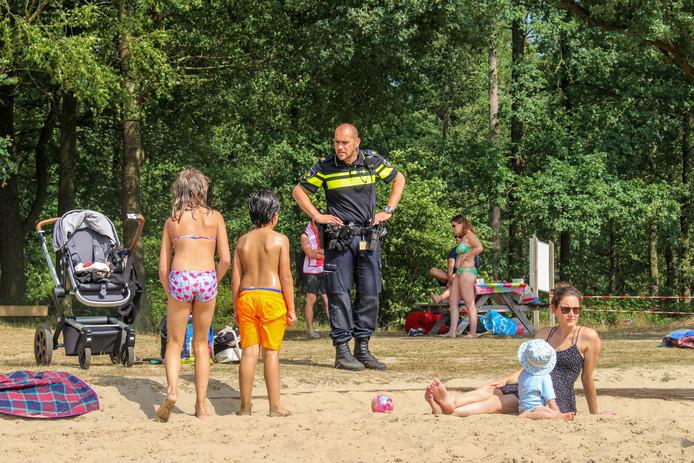 De politie op Het Hulsbeek, ten tijde van de zoekactie.
