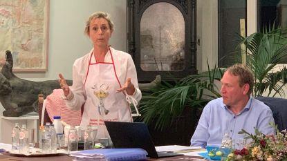 """Schepen slaat aan het koken tijdens gemeenteraad om oppositie van antwoord te dienen: """"Werken kerkhof zijn pas klaar als alle ingrediënten verwerkt zijn, net zoals bij een taart"""""""