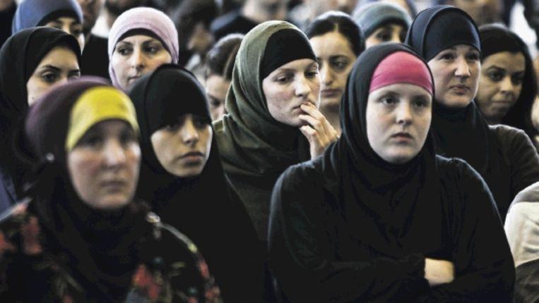 Moslima's luisteren in de Amsterdamse Apollohal naar een lezing van de islamitische prediker sjeik Khalid Yasin tijdens het eerste Nationaal Islam Congres, 17 mei 2009. (Trouw) Beeld ANP