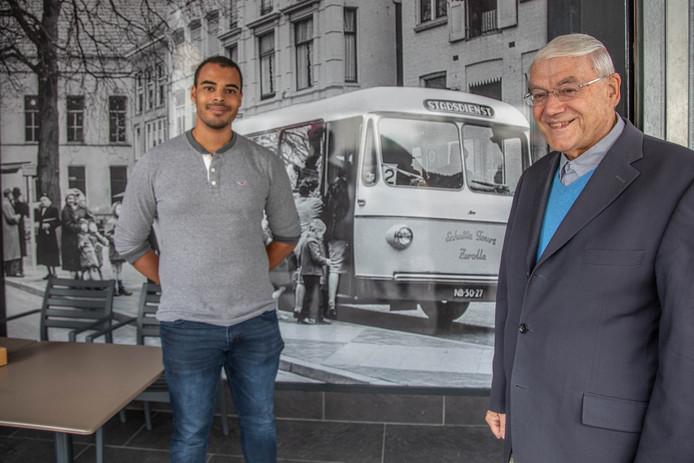 Oud-directeur Hans Schutte van het busbedrijf - hier met kleinzoon Sherwin Schutte bij een foto van een oude Schutte-bus - maakte samen met wethouder Ed Anker de naam van de busbrug bekend.
