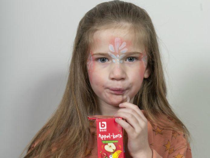 Lucie-Lou (5) proeft de suikerarme snacks van Boni.
