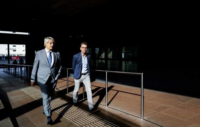 Marcel Gelauff (L), voorzitter van het Genootschap van Hoofdredacteuren, en hoofdredacteur Hans Nijenhuis (AD) komen aan bij de rechtbank voor het kort geding van enkele media tegen de rechtbank Limburg en de gemeente Brunssum.