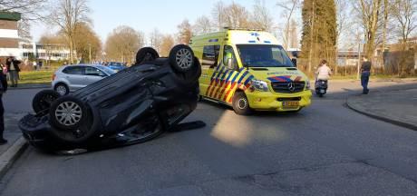 Auto op de kop in Enschede: vrouw en kind raken gewond