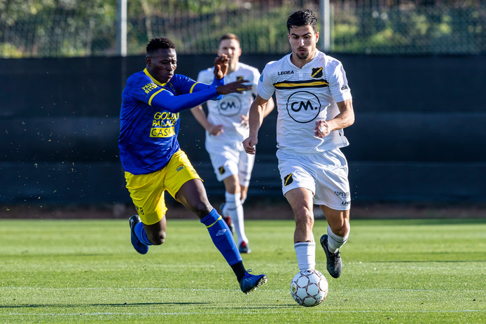 Gianluca Nijholt maandag in actie tijdens het oefenduel met Sint-Truiden.