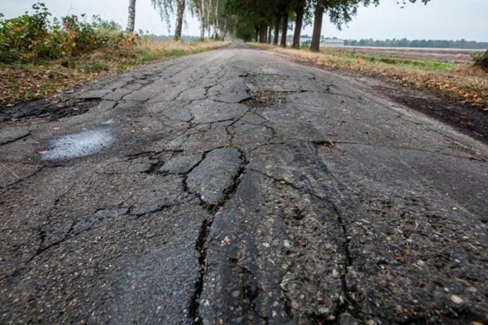 De Bultweg in Deurne kan vanwege de vele scheuren en gaten alleen stapvoets bereden worden.