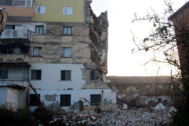 Een gebouw is verwoest in Thumanë, in het noorden van Albanië. Beeld EPA