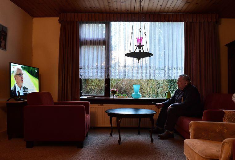 Alleen thuis wonende oudere kijkt televisie.  Beeld Marcel van den Bergh