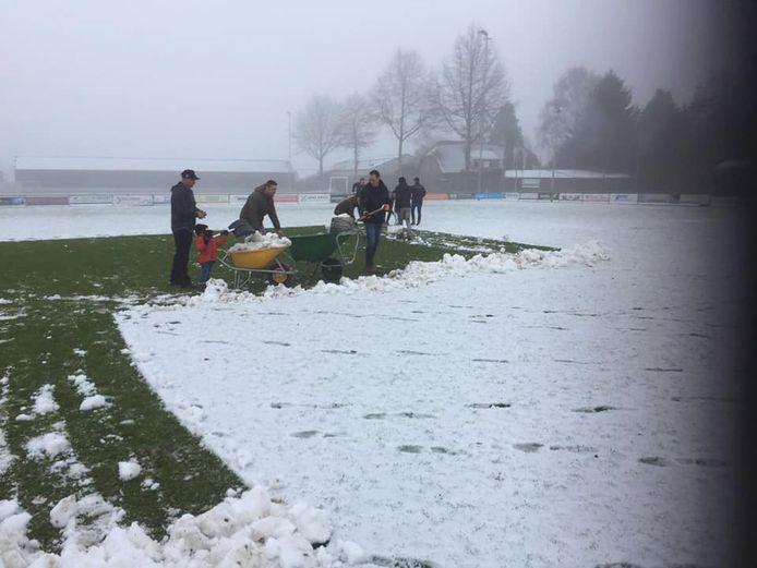 De spelers waren 's ochtends vroeg al bezig met het sneeuwschuiven.