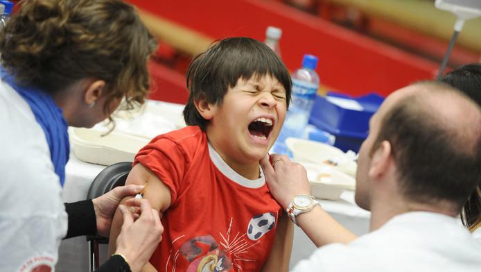Een jongen wordt ingeënt tegen de mazelen